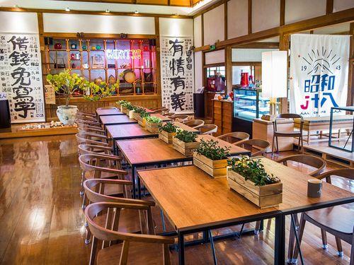 嘉義市で27日営業開始したカフェ「昭和J18」内部の様子