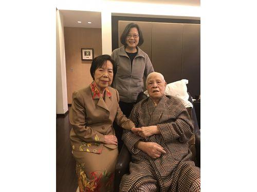 退院後初めて姿を公開した李登輝元総統(右)と曽文恵夫人(左)、蔡英文総統(総統府提供)