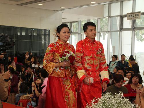 中国式ウエディング衣装に身を包む新郎新婦