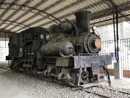 嘉義公園のトタン小屋で展示されている蒸気機関車「SL-21」