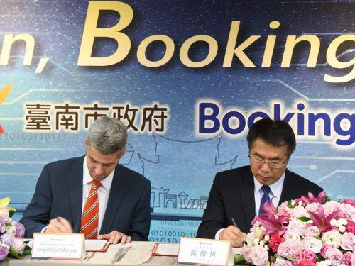 旅行予約サイト大手の「ブッキングドットコム」と連携に向けた覚書を交わす黄偉哲台南市長(右)=同市政府提供