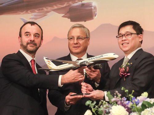 契約締結を喜ぶ星宇航空の張国イ董事長(右)とエアバスの代表ら