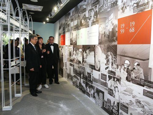 特別展を見学する陳建仁副総統(左)ら