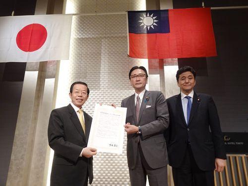 日華懇の古屋圭司会長(中央)から台湾支持の決議文を渡される謝長廷駐日代表(左)。右は岸信夫衆院議員