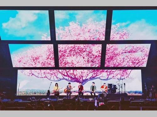 大阪ホールで熱唱するメイデイのメンバーら=相信音楽提供