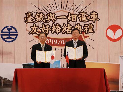 左から一畑電車の吉田伸司代表取締役社長、台湾鉄道の張政源局長=台湾鉄道提供