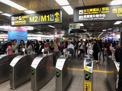 地震直後の台北メトロの駅内