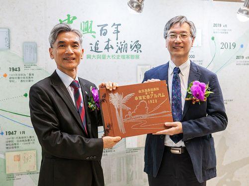 1928年の卒業アルバム復刻版を手に持つ中興大の薛富盛学長(左)。右は台湾大の徐炳義副総務長=中興大提供