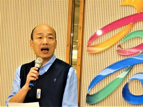 23日午前、高雄市政府で声明を発表する韓国瑜市長