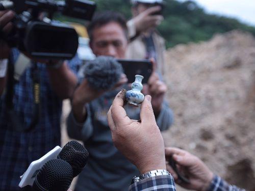 和平島の駐車場予定地から見つかった清代の青花磁器=基隆市政府提供