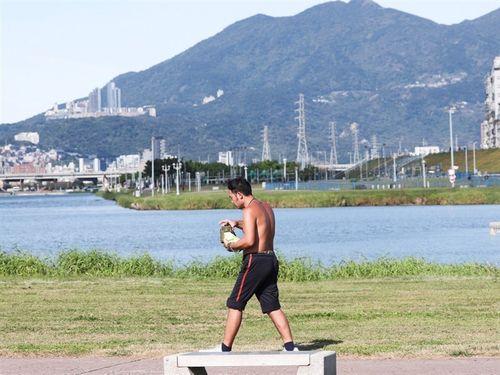 暑さしのぎで上半身を裸にする男性=資料写真