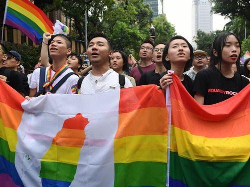 同性婚容認の特別法案可決を喜ぶ推進派の人々=5月17日台北