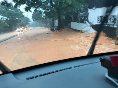 大雨により泥流が発生した台中市西屯区=張栄男さん提供