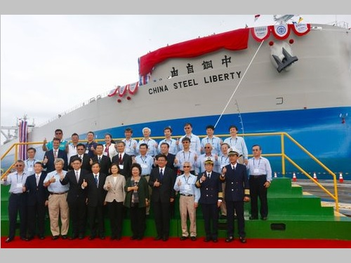 「中鋼自由輪」の命名式に臨む蔡英文総統(前列中央)