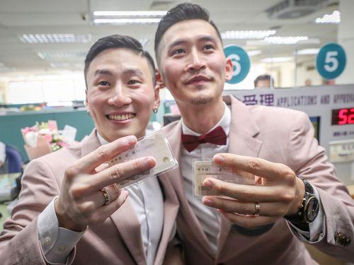 同性婚特別法施行  同性カップル、笑顔で婚姻届提出/台湾