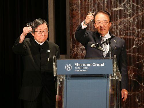 左から台湾日本関係協会の邱義仁会長、日本台湾交流協会台北事務所の沼田幹夫代表