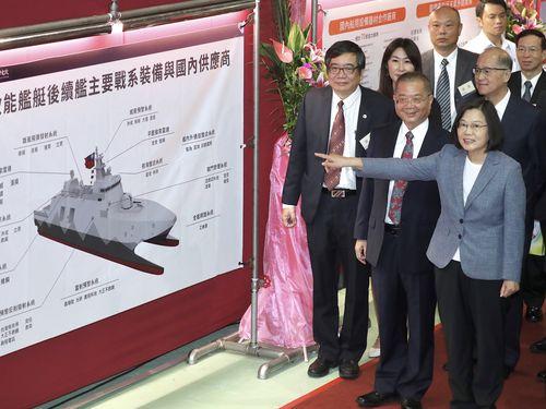 台湾の国産コルベット艦「沱江」の配置説明図を指さす蔡総統
