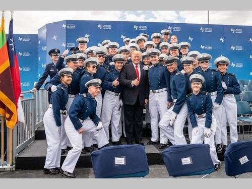 米空軍士官学校の卒業生らとの記念撮影に臨むトランプ大統領=ホワイトハウスのインスタグラムから