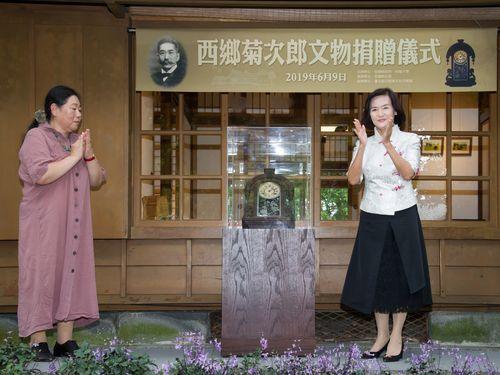 宜蘭県史館に西郷菊次郎愛用の掛け時計を寄贈する諫山尚子さん(左)=同県政府提供