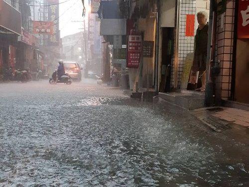 大雨で道路が冠水した高雄市岡山区=市民提供