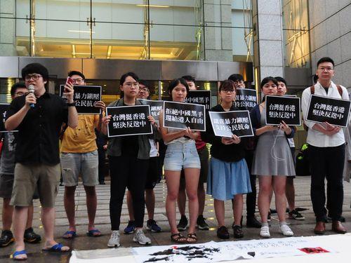 香港の在台窓口機関前で香港政府に条例の撤回を求めた学生運動元リーダーの林飛帆氏(前列右)ら