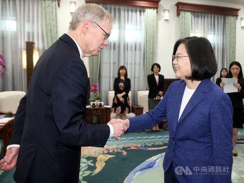 米ブルッキングス研究所日米政治学者訪問団のメンバーの一人、リチャード・ブッシュ(Richard Bush)米国在台協会(AIT)元理事長(左)と握手する蔡英文総統