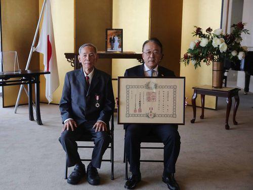 春の外国人叙勲で旭日双光章を受章した翻訳家の李英茂氏(左)