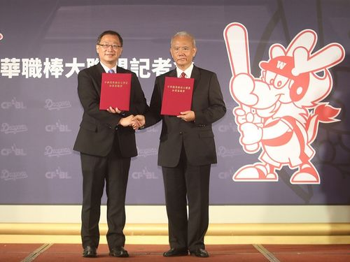 加盟合意書を交わす魏応充氏(右)と呉志揚氏
