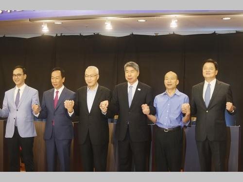 政見発表の前に手をつないで団結を演出する(左から)朱立倫氏、郭台銘氏、呉敦義主席、張亜中氏、韓国瑜氏、周錫イ氏