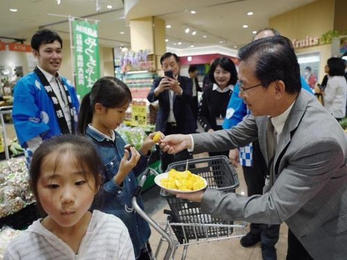 茨城県内のスーパーで開催された台南産アップルマンゴーの試食販売会の様子=台南市政府提供