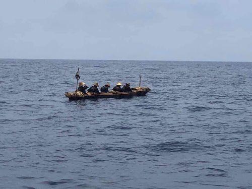3万年前の原始航海を再現するため、台湾を出発した丸木舟