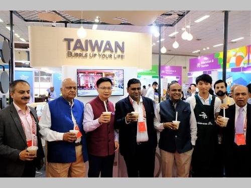 インドで台湾のタピオカドリンクをアピールする台湾貿易センターの黄志芳会長(左から3人目)ら