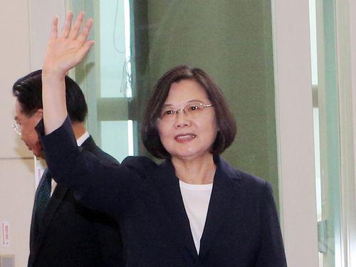 政府関係者らに手を振る蔡総統