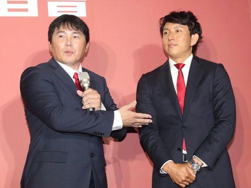 味全ドラゴンズの葉君璋監督(左)と川崎宗則氏