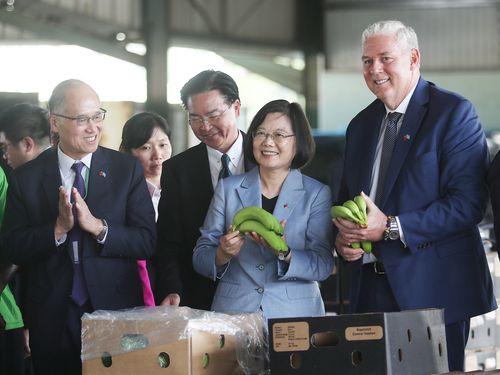 セントルシアのバナナ集荷場を視察する(右から)同国のシャスネ首相、蔡総統ら