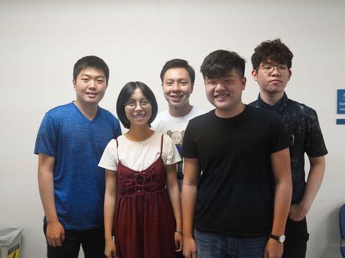 後列左から蘇柏昇さん、廖秉睿さん、黄靖コウさん。前列左から趙翊喬さん、王昶綸さん