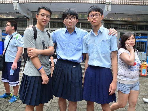制服スカート姿で学校の創立記念イベントに参加した板橋高校の男子生徒ら