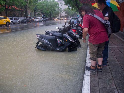 大雨で各地で道路の冠水被害が発生した台北市内