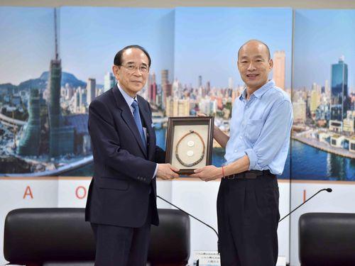 日本台湾交流協会の大橋光夫会長(左)と記念品を交換する韓国瑜高雄市長=同市政府提供