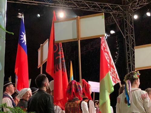 イベント会場に姿を見せる中華民国の青天白日満地紅旗(左)=「小飛魚文化展演隊」のフェイスブックページより