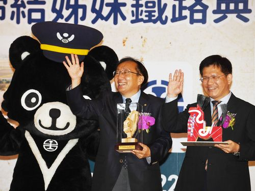 台湾鉄路管理局と青い森鉄道の姉妹鉄道協定締結に立ち会う林佳龍交通部長(右)と三村申吾青森県知事=台鉄提供