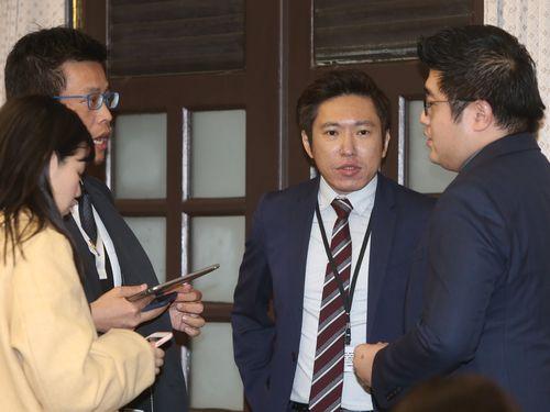 総統府報道官の張惇涵氏(右から2人目)と黄重諺氏(同3人目)=資料写真