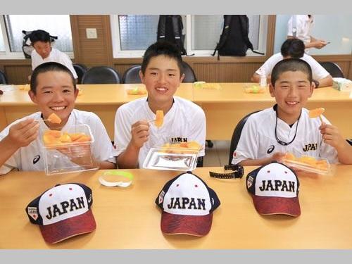マンゴーに舌鼓を打った日本のU12代表選手ら=台南市観光旅游局提供