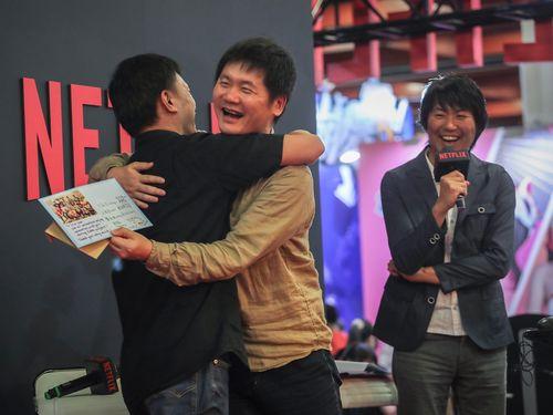 CGCGの彭喜浩監督(左)と抱擁を交わす入江泰浩監督