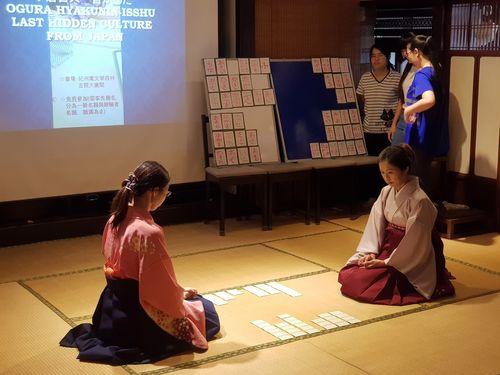 ワークショップでデモンストレーションをするイーブン美奈子さん(右)と中筋規江さん