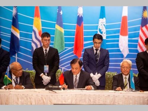 APPUの声明書に署名する蘇立法院長(手前中央)=同院提供