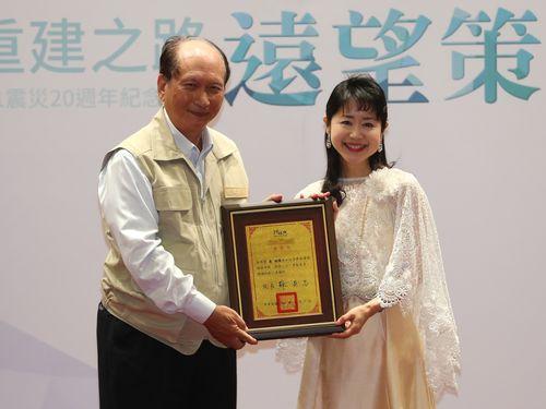呉沢成政務委員(左)から感謝状を贈られる森祐理さん