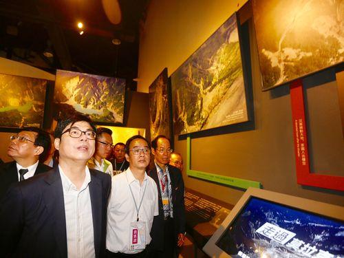 展示を見学する陳其邁行政院副院長(手前左)