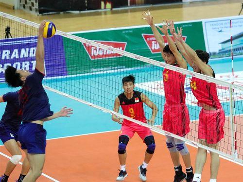 中国をストレートで破ったU23台湾代表(青いユニホーム)=アジアバレーボール連盟のフェイスブックから