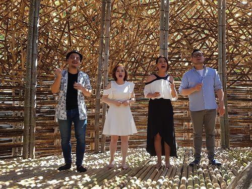 台湾人芸術家ワン・ウェンチーさんの作品「小豆島の恋」で歌を披露する「オカイ・アカペラ(欧開合唱団)」